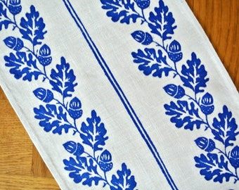 Vintage 1970s highquality hand-printed linen table-cloth runner with blue acorn motive on bone white linen