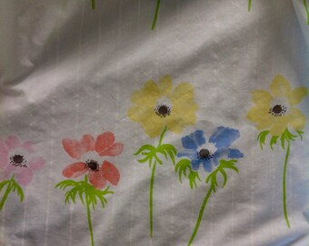 Vintage flat sheet......Tastemaker .........Twin....White with long stemmed flowers
