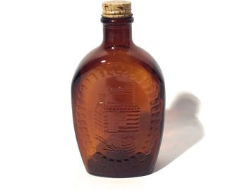 Vintage 1970s Log Cabin Brown Textured Graphic Amber Glass Syrup Bottle