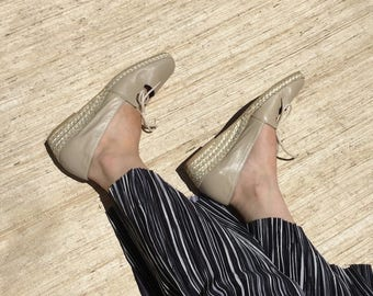 Beige Leather Lace Up Espadrille Straw Wedges   90s vintage   Andre Assous   taupe   minimalism   mint condition   size 9   size 10   narrow