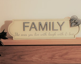 "tdHandmade and paine wooden sign ""Family"" with stylish heart decoration - a unique addition to your home (AS097)"