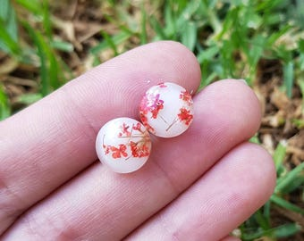 Small red and white real flower and eco resin studs. Hypoallergenic surgical stainless steel posts. Perfect for nature lovers