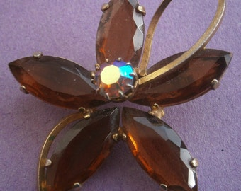 B883) A lovely vintage gold tone metal orange amber glass flower brooch