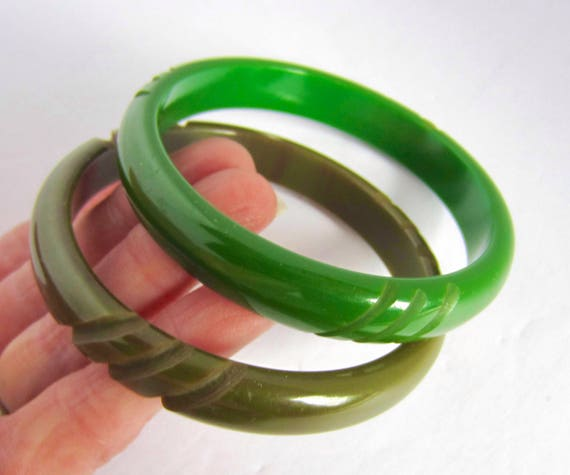 "Pair BAKELITE tested Shades of GREEN ""Hash Tag"" carved bangle bracelets ~33 gms of lovely, vintage costume jewelry"