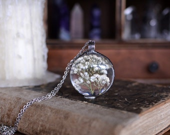 Large BABY'S BREATH round terrarium pendant, gypsophila necklace, white wildflower necklace, floral jewelry, pressed flower, very meadow
