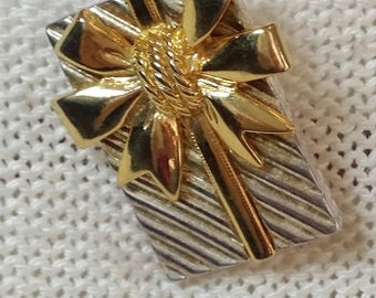 Vintage Goldtone Present Brooch Pin or Pendant
