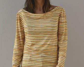 Sweater yellow stripe pattern.