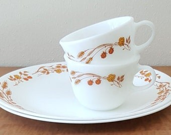 Corelle Harvest Home Set of 4 Pc 2 Dinner Plates  2 Pyrex Soup Mugs White with Wheat All Pieces Made In USA
