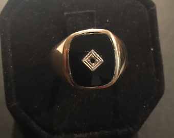 Heavy mans onyx and yellow 10kt. gold  ring size 10.