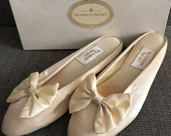 Victoria Secret Shoes Ivory Satin With Bow Boudoir Slippers Size 7-8 Wedding Low Heels 80s
