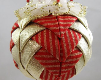 Quilted Chrismas Ornament - Gold and Red 105