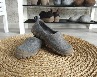 Felt wool outdoor shoes in Grey with sturdy rugged rubber soles