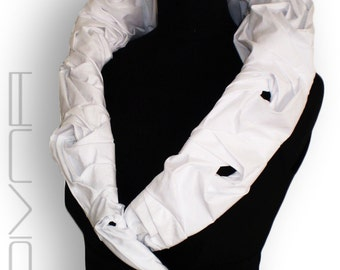Vest with a collar of white roses.