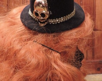 Mini hat with a golden skull