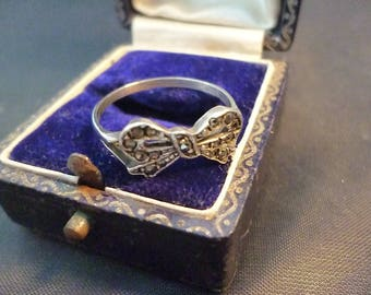 Vintage marcasite silver bow ring - sparkly - 925 - sterling silver - UK R - US 9