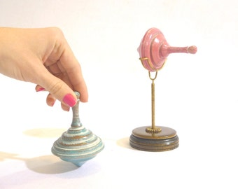 Spinning top with support. Wooden toys - Handmade - Woodturning work. Play and decoration