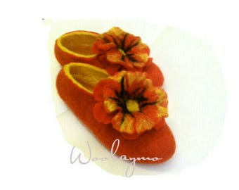 Felted slippers Contrast colors Decorated with a large Red flowers Ballerinas Handmade Women Home shoes Gefilzte Hausschuhe Cozy Slippers