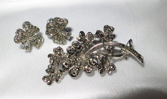 Lovely vintage  marcasite clover leaf brooch and matching screw back earrings