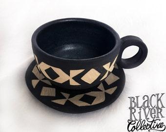Espresso-Tasse mit Untertasse, Keramik, handgetöpfert, Engobe, schwarz, Sgraffito, geometrisches Muster