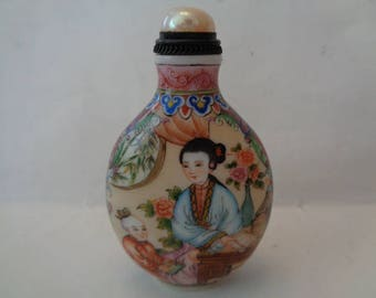 Chinese snuff bottle depicting a woman and a child