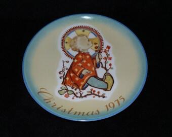 "1975 Schmid Christmas ""Christmas Child"" Christmas Plate by Sister Berta Hummel"
