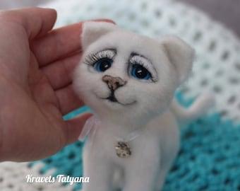 Needle felt white cat,felt toy,needle felted animal,felted cat, cat sculpture,wool felt animal,wool felt cat,felting,needle felt,cute kitten