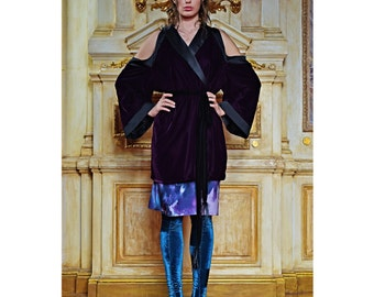 Velvet kimono with cut-out shoulders, satin lapels and inserts.