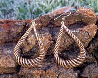 Water drop shaped earring with rotating wires, bronze