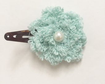 Set of 2 hair clips: blue flower and white flower