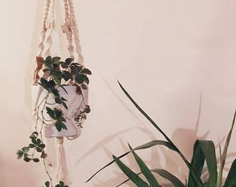 Simple macrame in thread of cotton and light wood beads