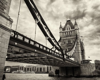 Photography black & white of the Tower Bridge on the Thames - London / Black and White Fine Art Photography