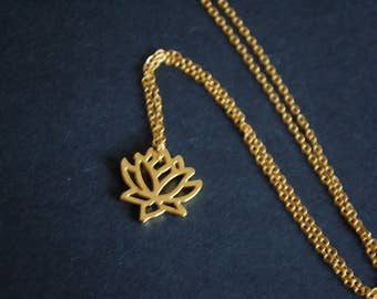gold tone lily blossom necklace