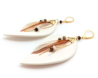 Ethnic earrings white, wood, feathers and semi-preciseuse stone beads, entirely handmade.