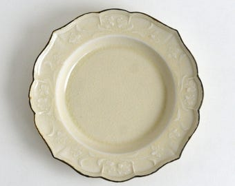 Lily relief plate 8.8 inch (ivory) ; Shintaro Abe (16005906L-7.5Y)