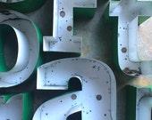 LIEFERT... Kanal Festzelt Brief Träger ~ grüne Rücken ~ miss Garten Initialen ~ Industrie Modern, Metall, Zeichen, Wand-Dekor, Steampunk-Entwurf