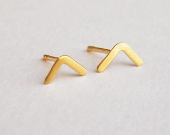 L shape earrings, curved earrings, v shape studs, gold post earrings, solid 14k gold earring, minimalist gold stud earring, mismatched studs