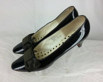 Vintage 70s black patent leather pumps with satin bow Andrew Geller size 9 narrow