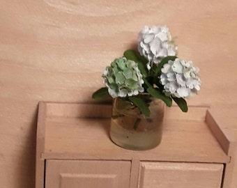 Dollhouse hydrangeas in glas vase