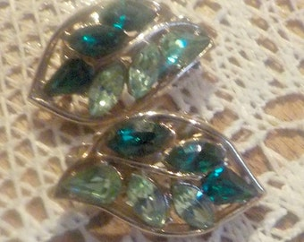 EMERALD Green Colored Rhinestones - Beautiful Vintage Clip Earrings - Excellent condition