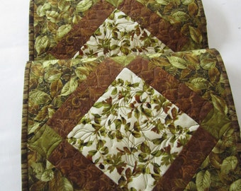 Quilted Table Runner, Table Runner, Handmade Table Runner with Leaves in Brown and Green, Fall Table Runner, Changing Leaves, Home Decor