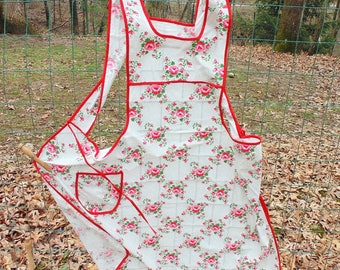 FULL APRON. Pink Roses. Roses Apron. Garden Apron. vintage 1940s. 1950s. handmade apron. Pink. kitchen apron.