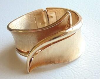 CROWN TRIFARI. Trifari Bracelet. Clamper BRACELET. textured goldtone. Mid Century. Jewelry. Bracelet. vintage 1950s. vintage 1960s