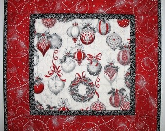 Christmas Table Runner Elegant, Ornaments, Winter, quilted, focus fabric from Kaufman
