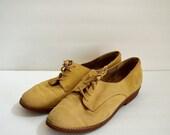 SALE Vintage Liz Claiborne light tan suede oxford shoes with tassel laces / lace up brogues / fall flats