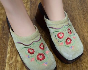 Vintage 1990's Women's GUAM Colorful Embroidered Flower Wooden Platform HiPPiE Clogs Shoes Size 7