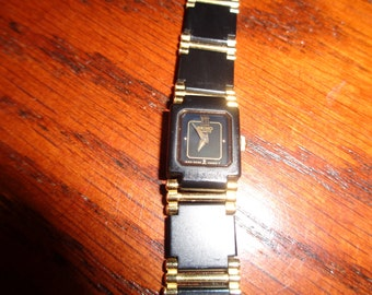 Vintage Seiko Quartz Female Wrist Watch, Made in Japan, in non-working condition with elegant understated  black and gold design chink link