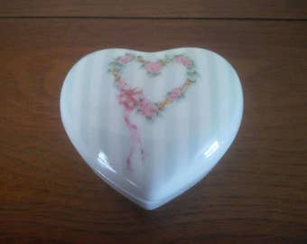 Vintage Heart Shaped Trinket Box - Dresser Box - Vintage Dresser Decor - Whatnot Box - Heart Wreath Trinket Box - Trinket Box