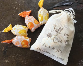 Wedding favor bags, set of 50 personalized muslin bags. Fall in Love text and leaf details in brown. Fall, autumn, woodland wedding favors.