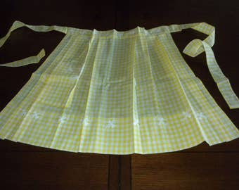 Vintage half apron yellow large check gingham white sun embroidery pleated nice pocket pristine gift condition
