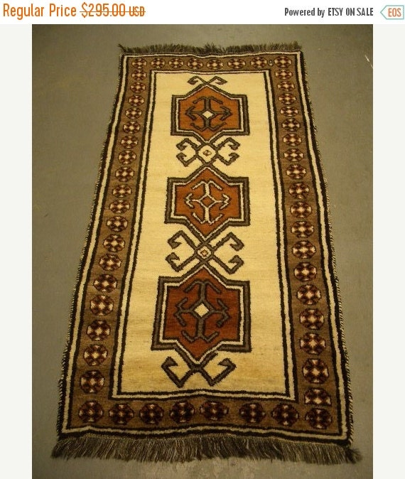 YEAR END CLEARANCE 1970s Hand-Knotted Shiraz Persian Rug (2393)